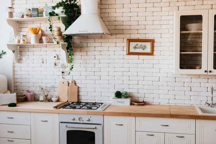 Hotte de cuisine et plan de travail bois