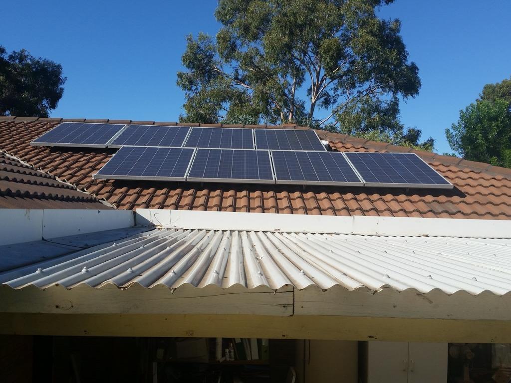 Panneaux solaires photovoltaique toit maison