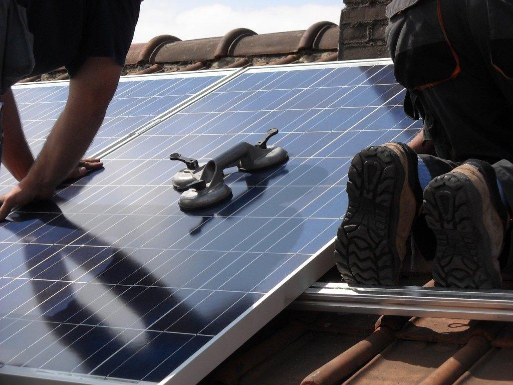 Pose panneaux solaires photovoltaique toit